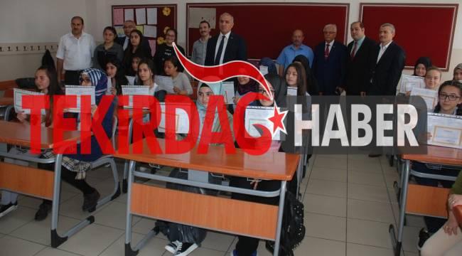 Çorlu Kaymakamı Öğrencilere Karnelerini Dağıttı