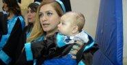 Genç Anne Mezuniyet Törenine Bebeğiyle Katıldı