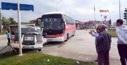 Otobüsle Kamyonet Çarpıştı 1 Yaralı
